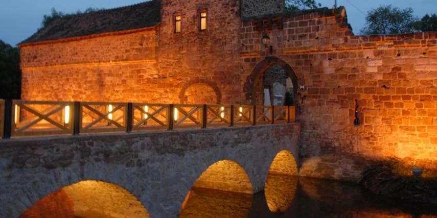 Wasserburg Bad Vilbel am Abend