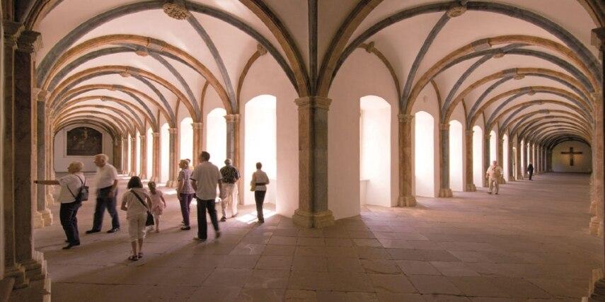 Kreuzgang aus dem Barock mit gotisierender Formensprache