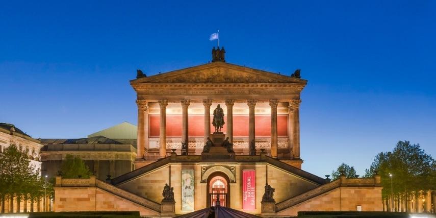 Museumsinsel Berlin Aufgang beleuchtet