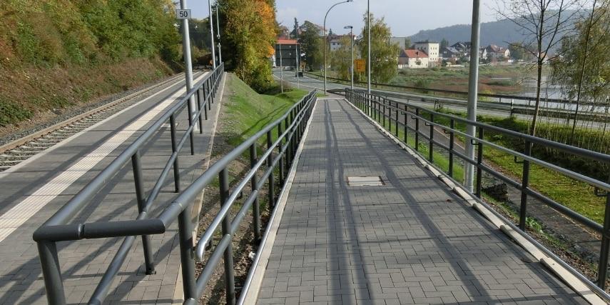 Rampe zum Bahnsteig Nationalparkbahnhof Vöhl-Herzhausen