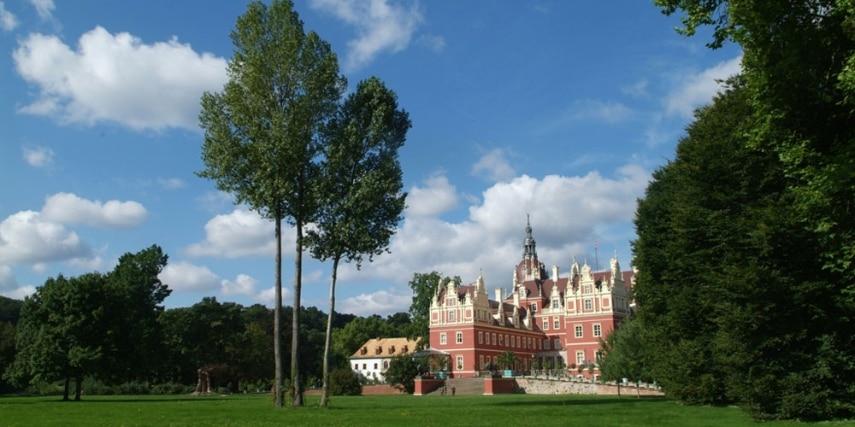 Schlosswiese mit Schloss