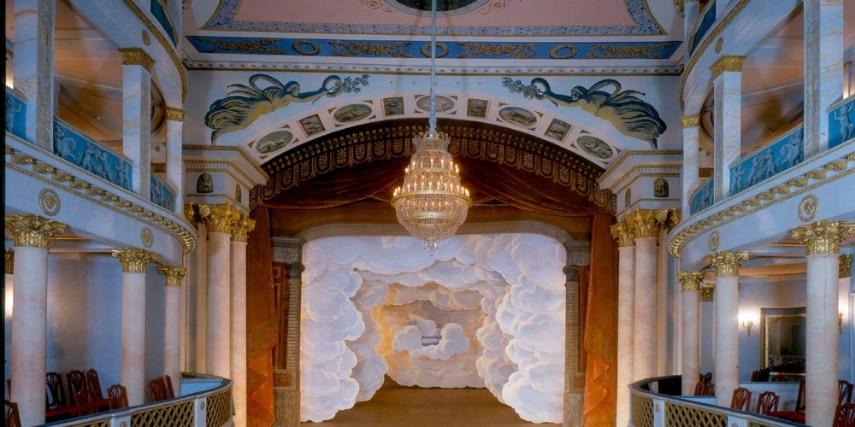 Schlosstheater mit Wolkendeko