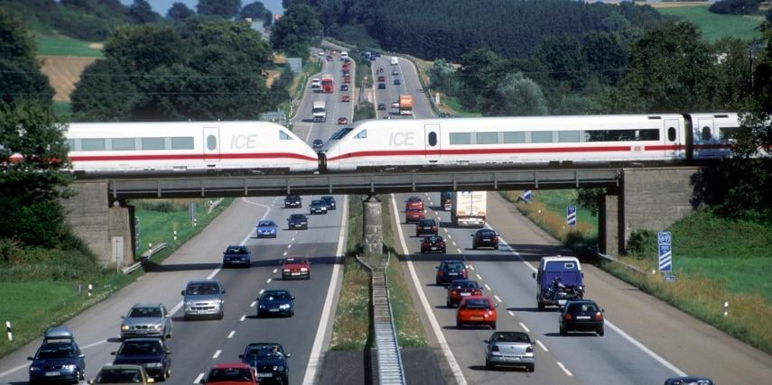 ICE 2 Baureihe 402 quert BAB 8 bei Burgau