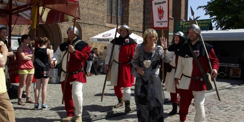 Hansefest in Salzwedel: Oberbürgermeisterin und Stadtwache