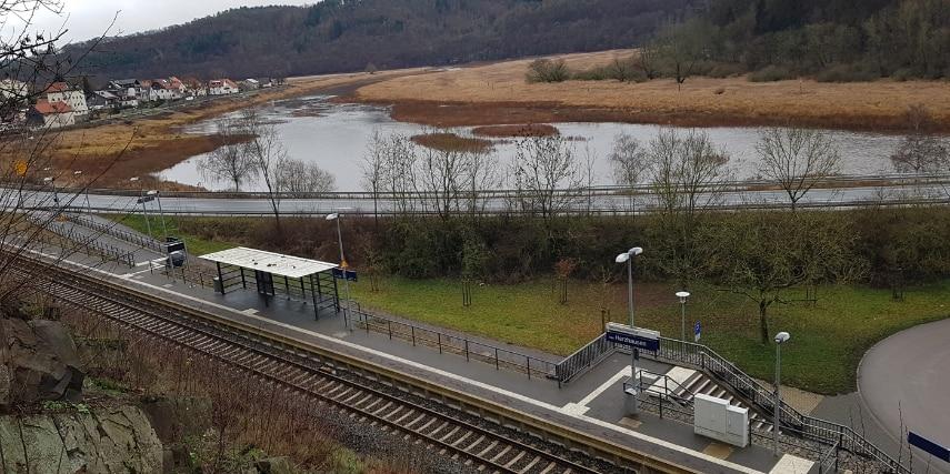 Blick von oben auf den Nationalparkbahnhof Vöhl-Herzhausen