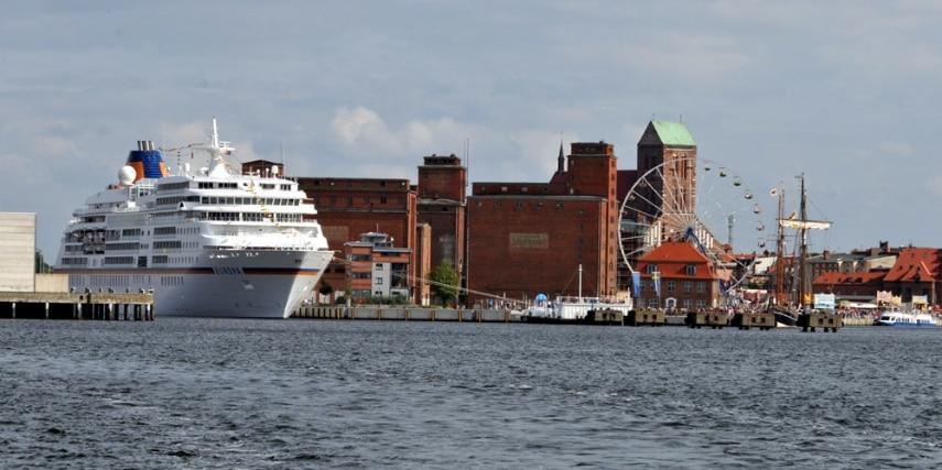 MS Europa im Hafen in Wismar