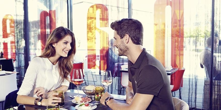 Paar beim Snack