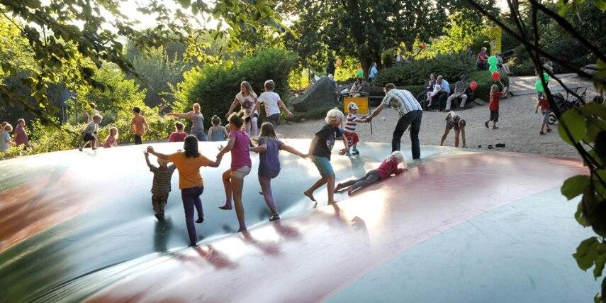 Hüpfhügel im Familien-Freizeitpark Tolk-Schau