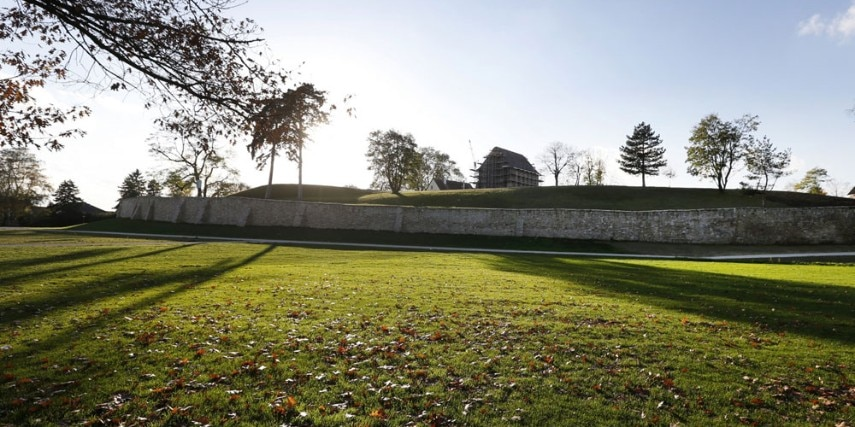 Klosterhügel mit Mauer