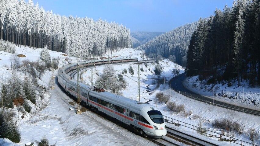 ICE T in winterlicher Umgebung