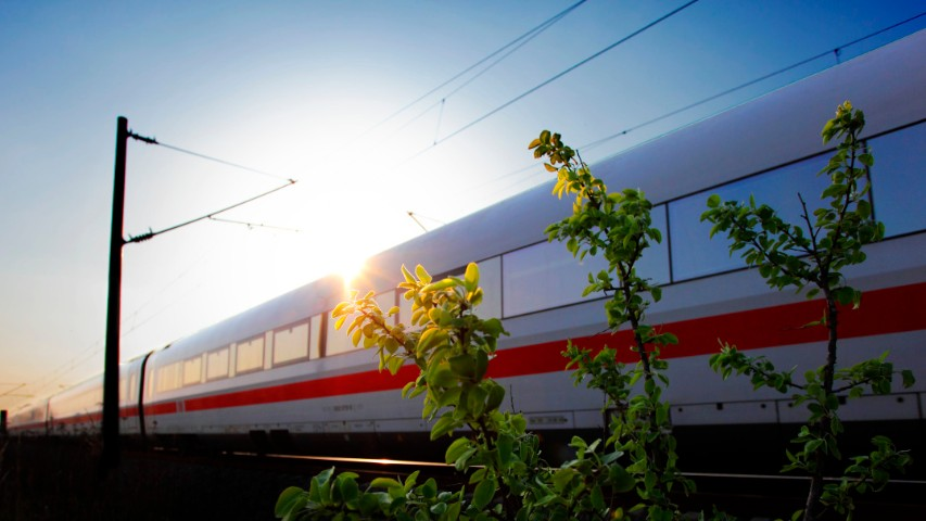 ICE 1 Baureihe 401 von Berlin nach Muenchen im Gegenlicht