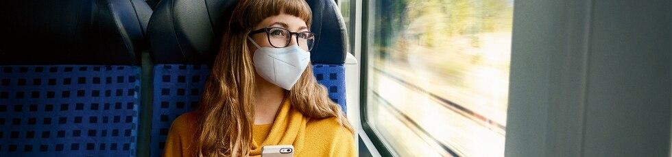 Frau mit FFP2-Maske im Regiozug