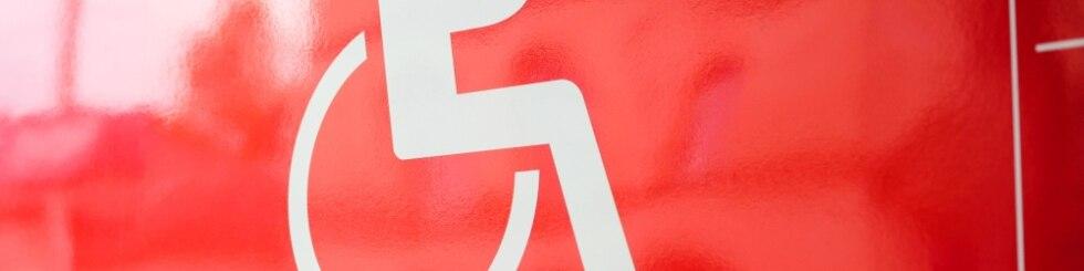 Rollstuhl-Symbol an einem Regio-Zug