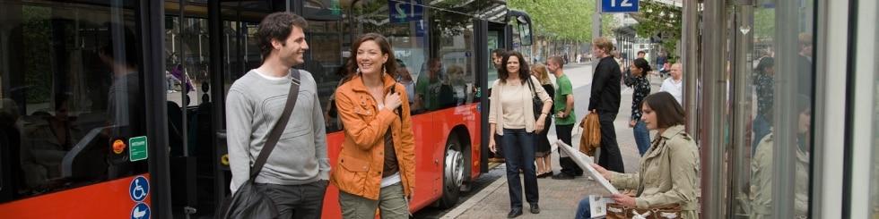Fahrgäste vor Bus