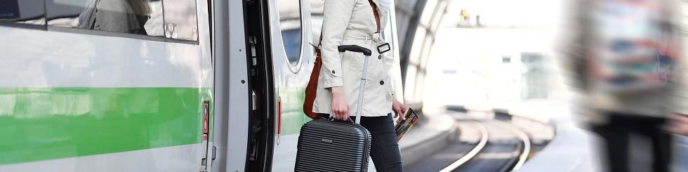 Giovane donna in treno