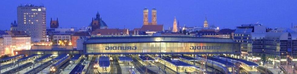 München Hbf - Blick auf das Gleisvorfeld in der Dämmerung
