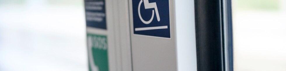 Rollstuhlsymbol am Ausstieg eines Regio-Zuges