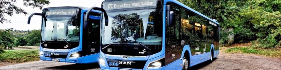 Zwei BRN-Busse auf einem Parkplatz