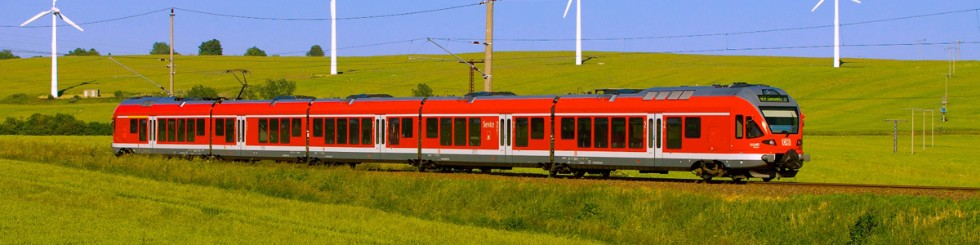 Bahn mit Windrädern, ET 429 FLIRT als Hanse-Express von Sassnitz nach Rostock