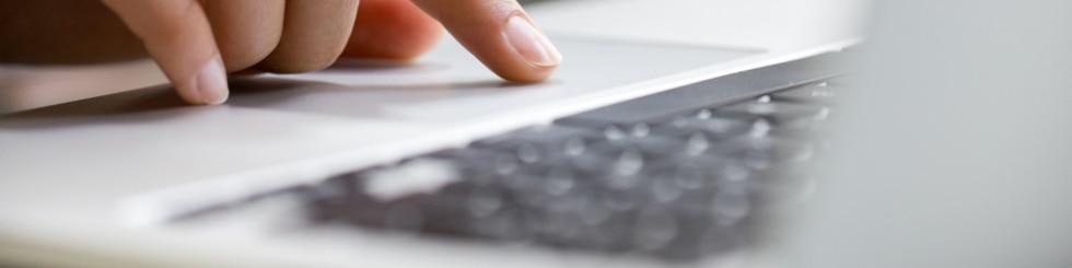 Hånd med laptop