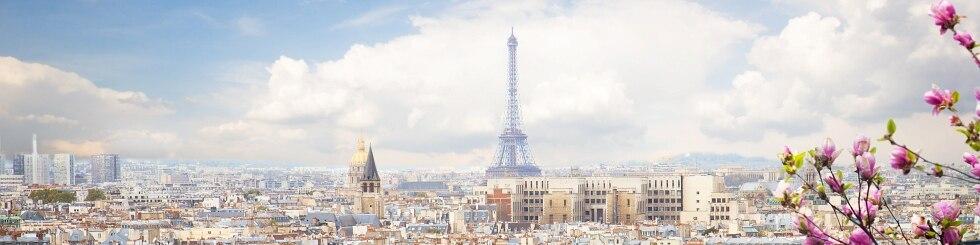 Blick auf den Eiffelturm von Paris im Frühling