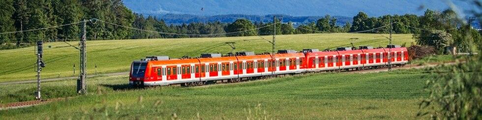S-Bahn-Fahrt im Alpenvorland