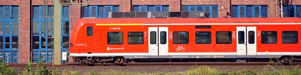 S-Bahn Hannover vor historischer Kulisse des Conti-Werkes