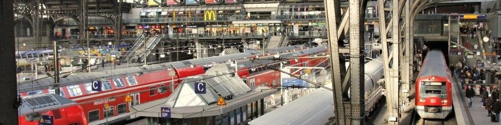 Hamburg Hbf - Blick in die Bahnhofshalle, Züge