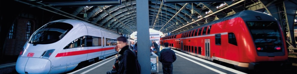 ICE und Regionalzug am Bahnsteig