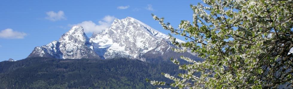 Schneebedeckter Berg im Frühling