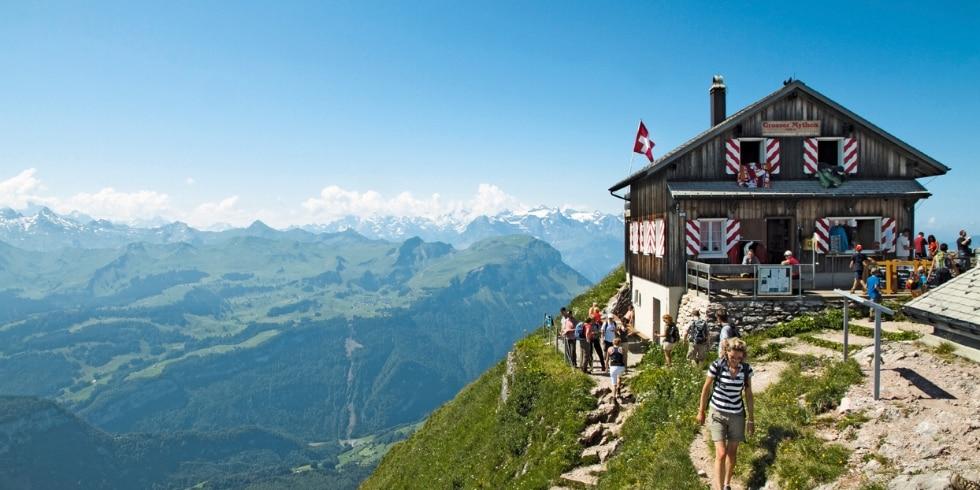 Das Gipfelrestaurant auf dem Grossen Mythen (1899 m) im Kanton Schwyz mit Blick bis zu den Berner Al