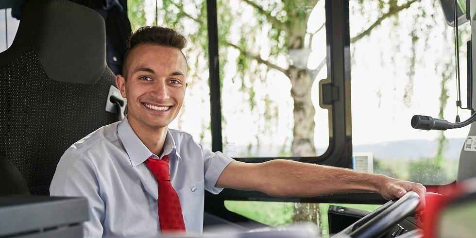 Junger Busfahrer im Bus