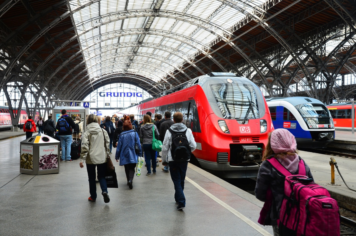 Saxonia-Express am Bahnsteig in Leipzig Hbf, Bahnsteig, Fahrgäste