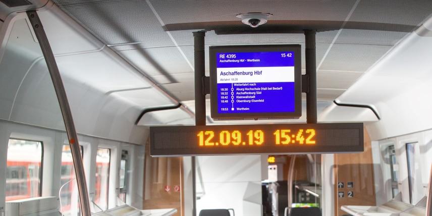 Fahrgstinformationen in Echtzeit über Deckenmonitore mit LED-Anzeige