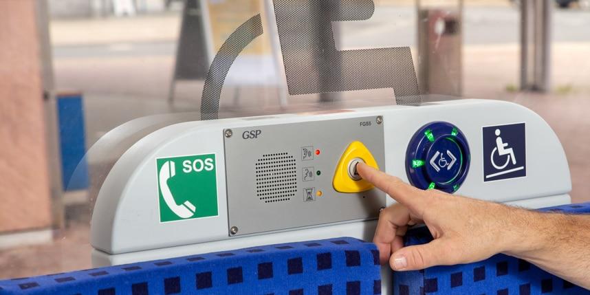 Gekennzeichnete Plätze für Rollstuhlfahrer inklusive Sprechstelle zur Rampenanforderung