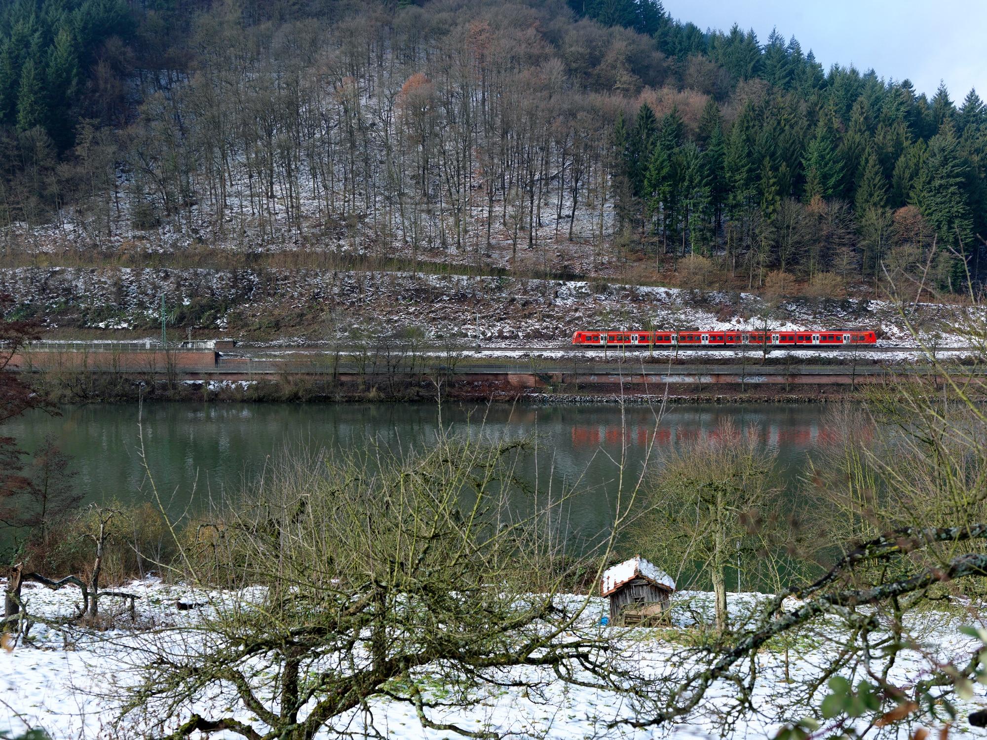 Regiozug für Ausflüge im Winter mit der Bahn im Südwesten
