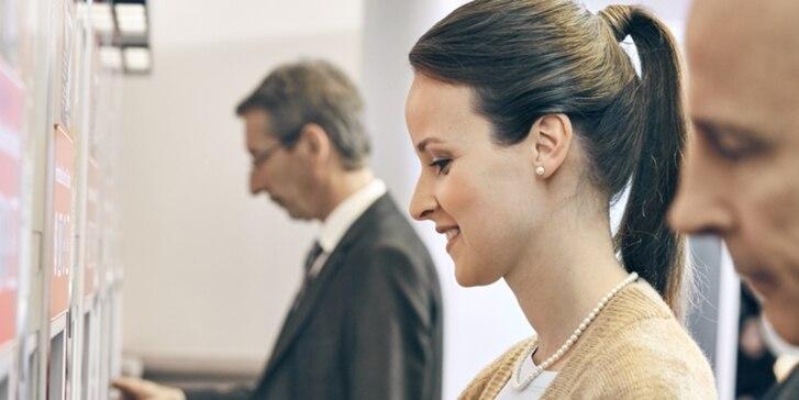 Frau am DB Automaten