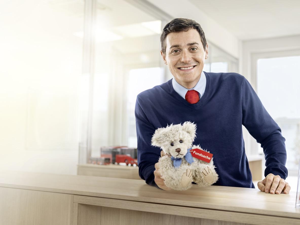 DB Mitarbeiter mit Teddy