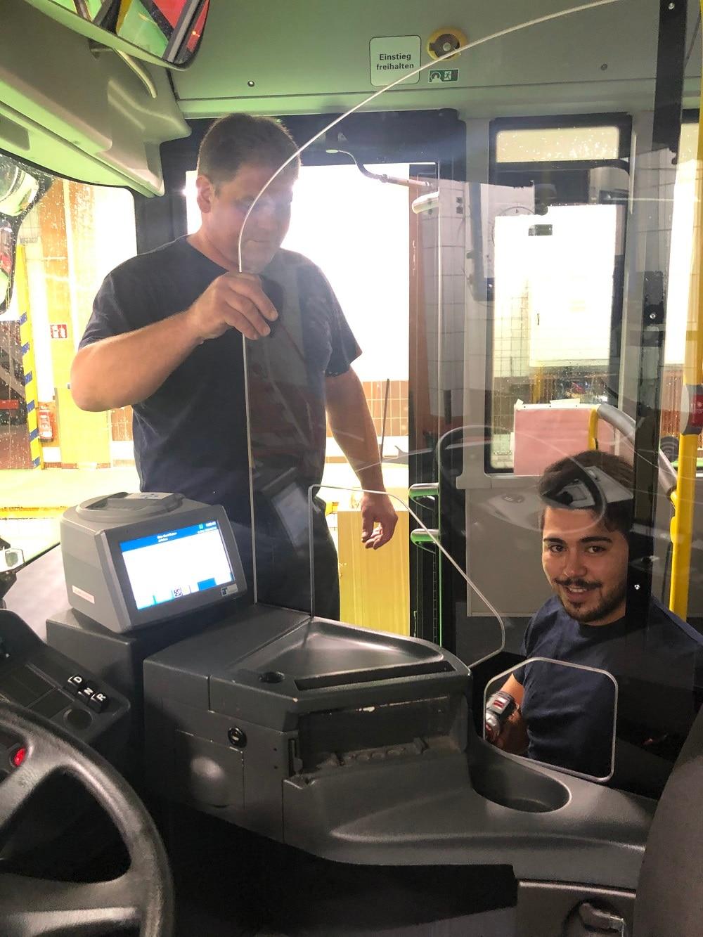 Einbau einer Schutzscheibe im Regio Bus