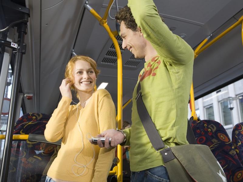 Frau und Mann stehen im Bus