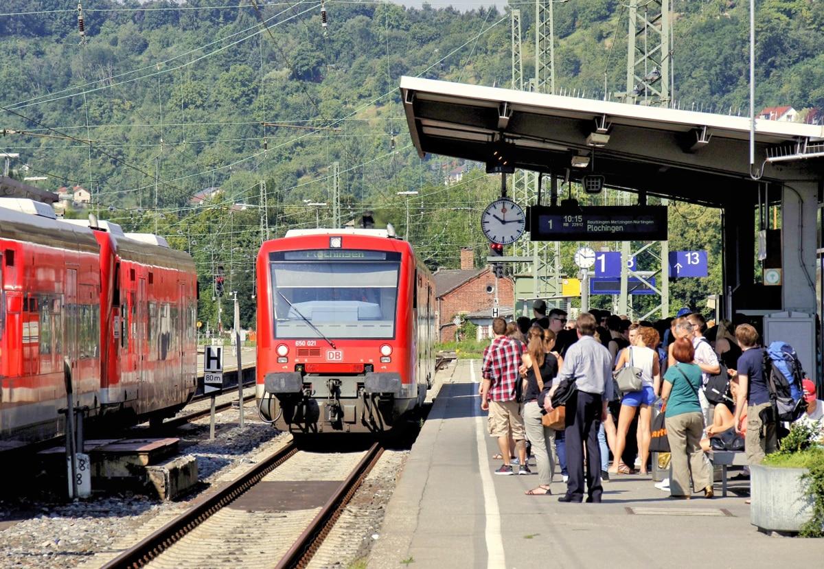 Regionalbahn, Bahnsteig Tübingen, Fahrgäste
