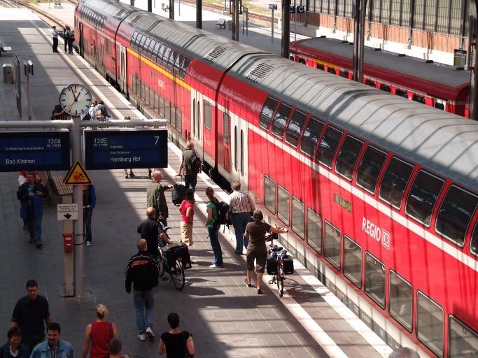 Regional-Express am Bahnsteig