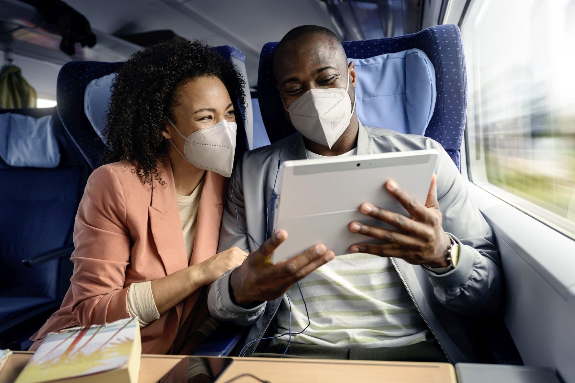P�rchen mit Tablet im Zug