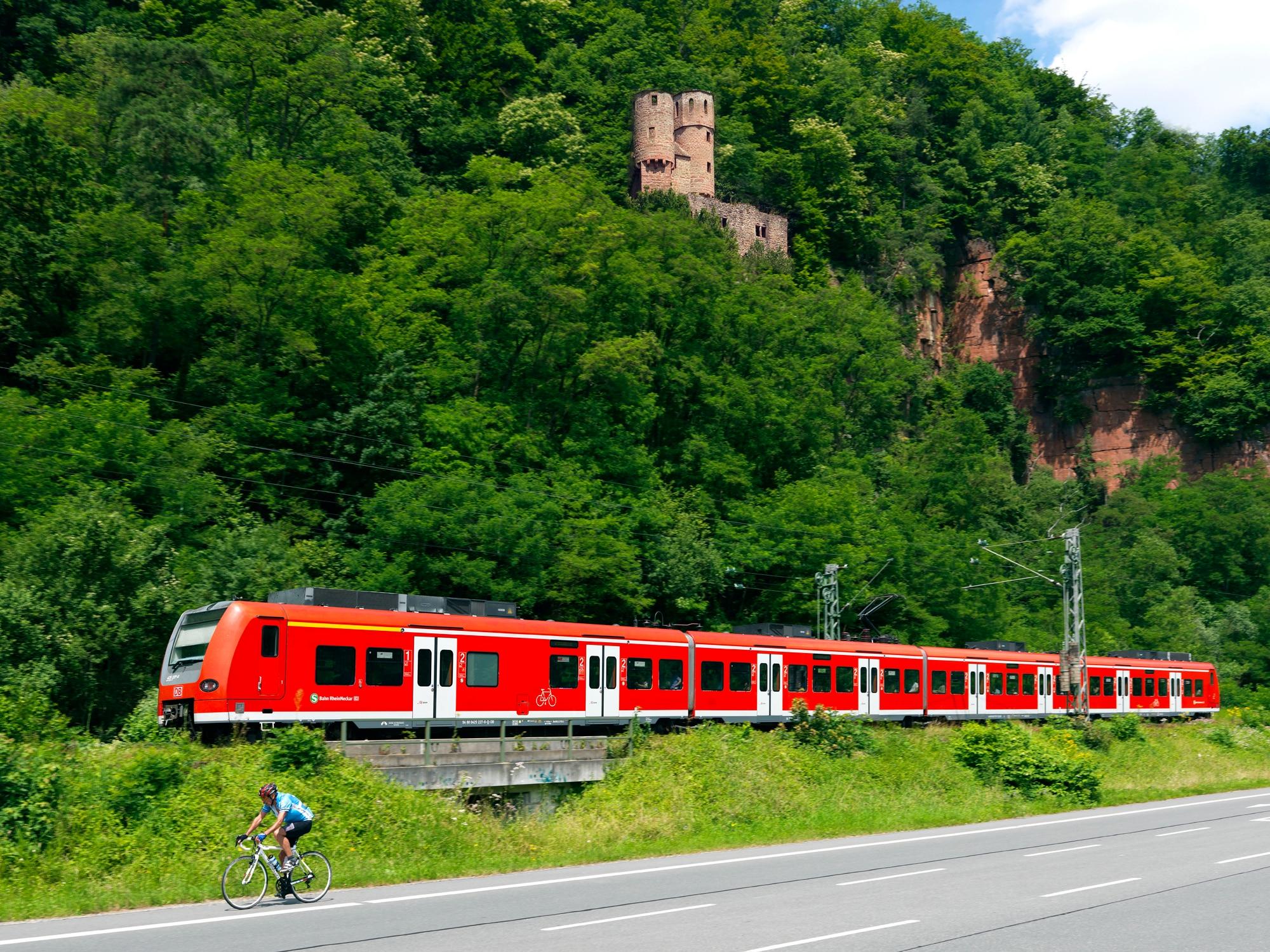 Regiozug für Ausflüge im Sommer mit der Bahn im Südwesten