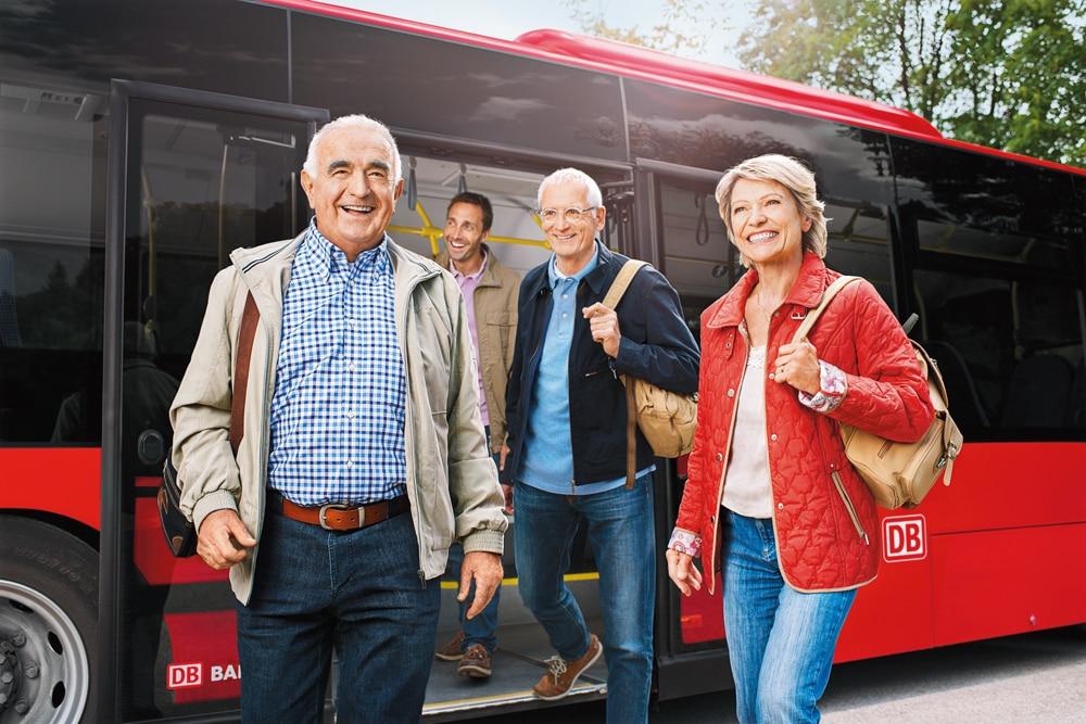 Senioren vor Bus