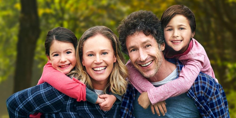 Familie Eltern mit zwei Kindern
