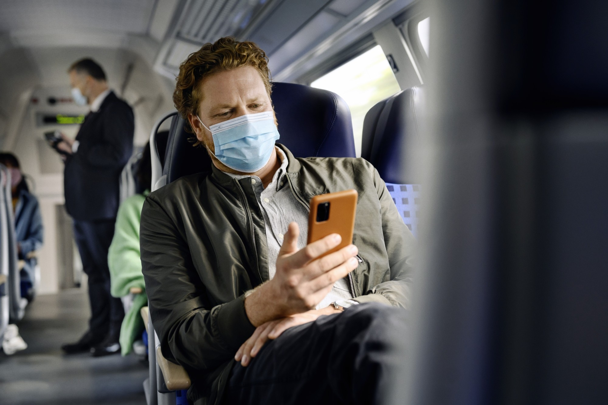 Pendler im Regio-Zug entspannt und surft im Internet