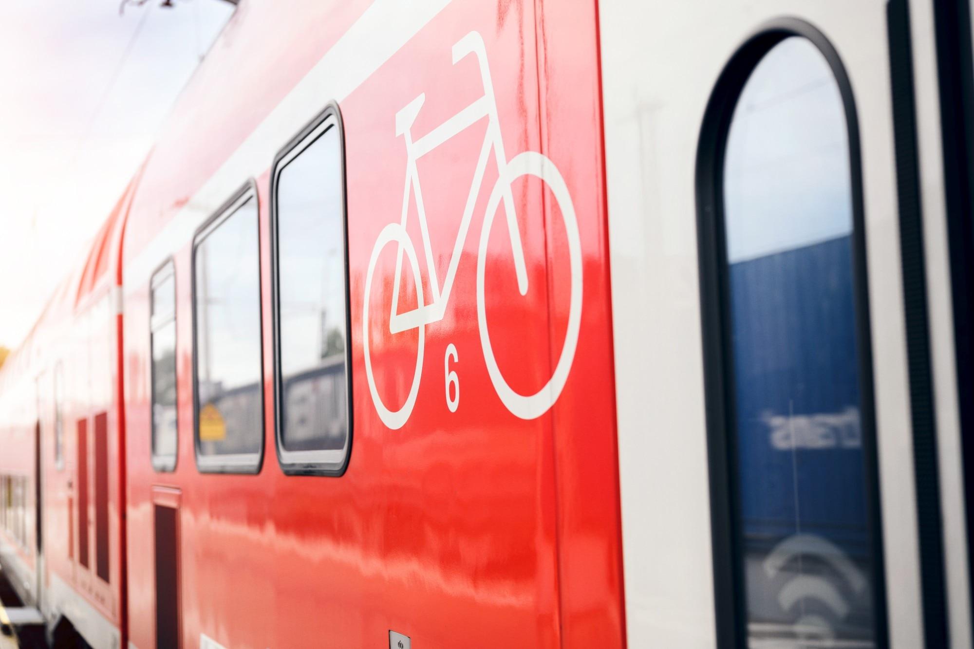 Fahrradmitnahme-Symbol an einem Regio-Zug