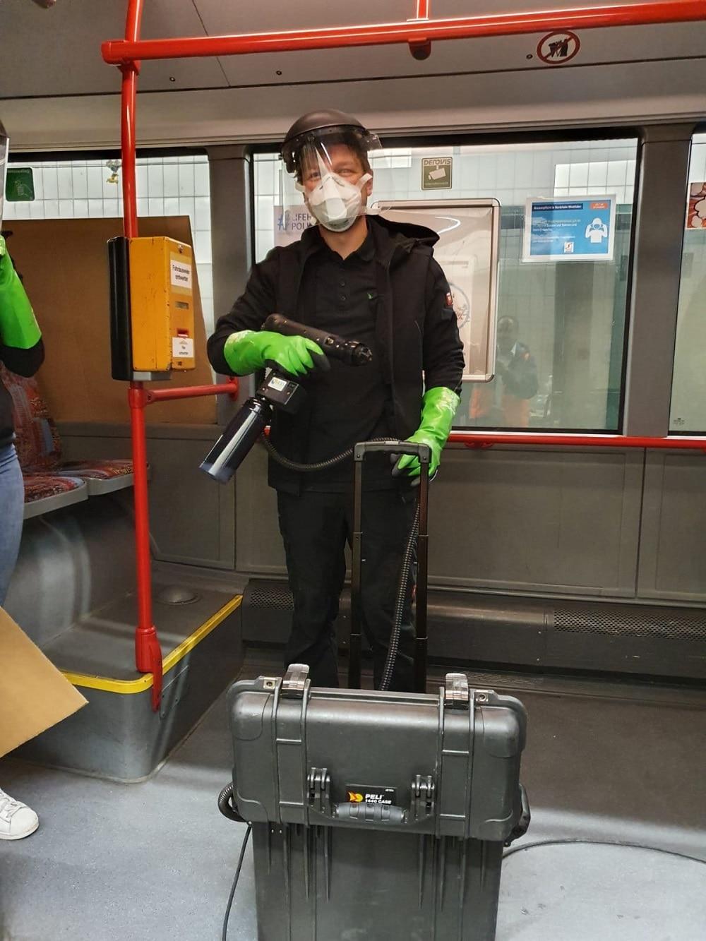 Mann mit Handuschen und Maske im Bus beschichtet Scheiben