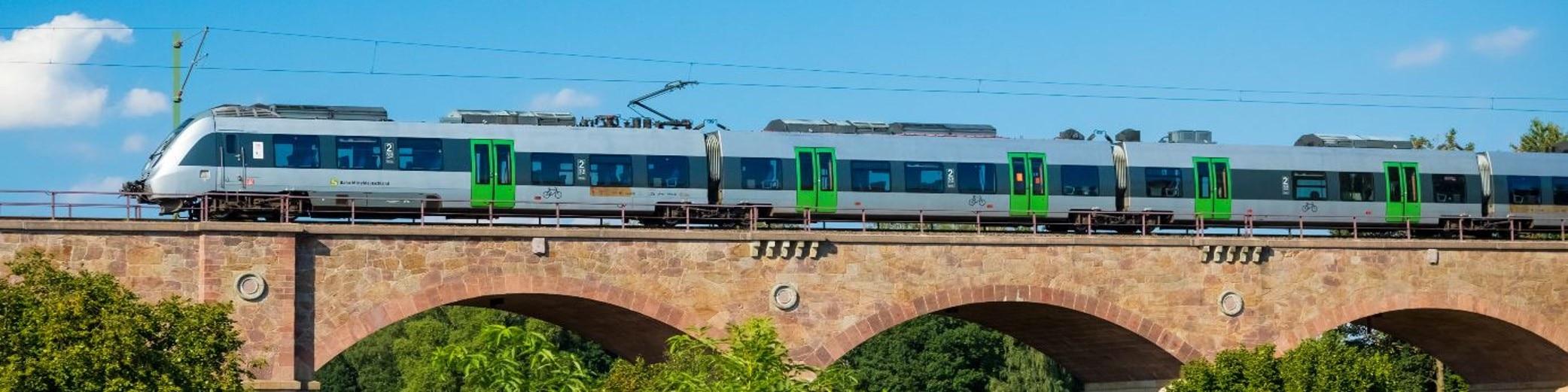 Zug der S-Bahn Mitteldeutschland auf einer Brücke